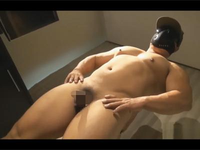 【ゲイ動画】ガチムチマッチョなクマ体型兄貴がボンテージ風の格好をさせられてフェラチオでチンポを舐め回されてしまう!