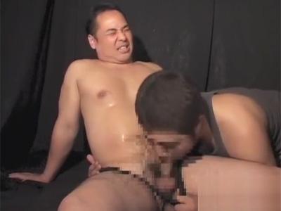 【ゲイ動画】長マラのガチムチ中年がジュッボジュッボフェラやお尻の穴を指で悪戯され手コキで精液を搾り取られる!