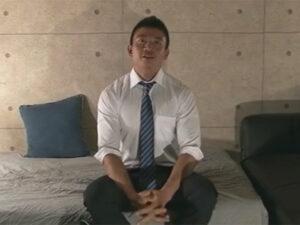 【ゲイ動画】仕事帰りにゲイビデオに参加する濃い顔の若リーマン!たっぷりとゴーグルマンに愛撫してもらい掘られイキ!