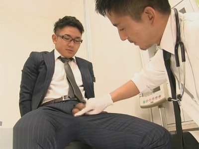 【ゲイ動画】「チンコが勃たなくって…」勃起不全で病院を訪れた25歳のイケメンリーマンがドクターのスゴ技で見事に射精する!