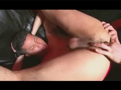 【ゲイ動画】ケツ毛アナルをチングリ返しでねっとりほじられ騎乗位、バック、正常位でモロ感の肛門を掘られるヤンキー顔のゲイ!