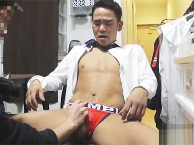 【ゲイ動画】中年リーマンが仕事帰りにゲイビデオ制作会社に面接へ…!スタッフの亀頭責めで潮吹きしてしまいグッタリ…!