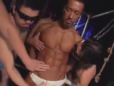 【ゲイ動画】素晴らしい褐色筋肉ボディ兄貴が乱交SEX!何本ものチンポを上下のお口で堪能しケツ掘りブランコでケツを奥までガン掘られ!