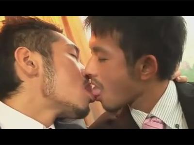 【ゲイ動画】163センチの可愛らしい20歳のゲイがスーツを着て真崎航と絡む!お尻をのねっとり解され小柄な身体にペニスが挿さる!