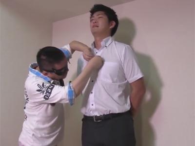 【ゲイ動画】Yシャツにスラックスの体育会サラリーマンが男のフェラチオやエグイ音を奏でるアナル舐めにモロ感しビュルビュルと精子を出す!