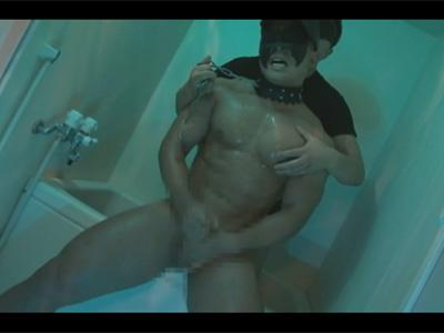 【ゲイ動画】バルクマッチョなM男に浣腸しチンポでケツ穴に栓をしたりシャワ浣や手の平亀頭責めで弄ぶ!
