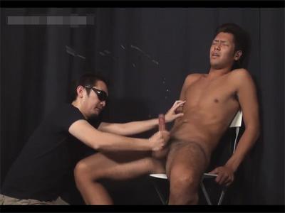 【ゲイツイッター動画】脚をバタバタさせオーガズム!素人ノンケがザーメンを代噴射して撒き散らす様子を4カメ撮り!