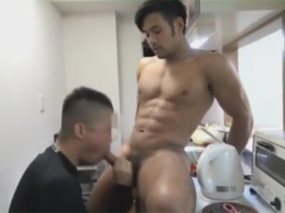 【ゲイ動画】ゴリマッチョな筋肉モデルのダイゴ君が学生寮に住む素人大学生の部屋にお邪魔してキッチンでベッドでケツをガン掘りする!