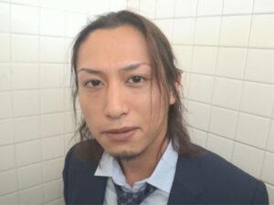 【ゲイ動画】かなりイケメンの26歳ノンケリーマンのオナニーを公衆トイレの個室にて見せてもらうことに!
