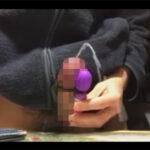 【無修正ゲイ動画】チンポの裏スジ付近にミニ電マを紐でくくりつけてノーハンドオナニーでドピュドピュ射精する素人!