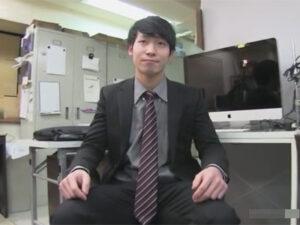 【ゲイ動画】仕事帰りの爽やかリーマンがゲイビデオの撮影に参加!ゲイビデオ制作会社の社内でハメてセックスを撮影する!