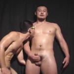 【ゲイ動画】男臭いルックスのがっちり体型の素人が乳首を舐められながらオナニーで射精し飛距離のスゴいザーメンを発射!