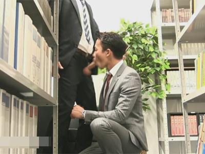【ゲイ動画】図書館でハッテンするイケメンリーマン!他の来館者がいるのに大胆なセックスに励みハメ潮を吹きまくる!