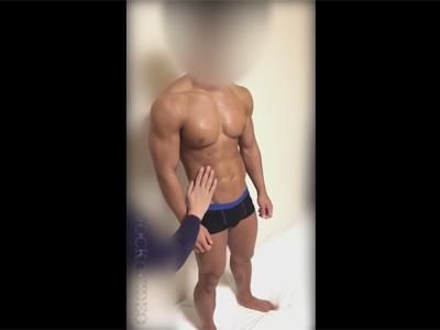 【ゲイ動画】筋肉ムキムキの顔出しNGのビルダーマッチョ素人ノンケが一方的にチンポをフェラチオされてザーメン汁をヌキ取られる!