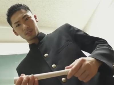 【ゲイ動画】生徒の笛を舐っていた先生が生徒に見つかってしまった!持ち主の生徒は先生に笛の代わりにチンポをしゃぶらせる!