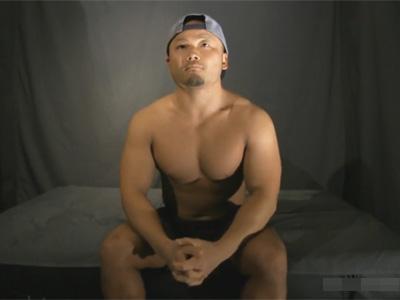 【ゲイ動画】アメフト経験者の27歳のガッチリ筋肉ガチムチノンケが四つん這いで毛がボーボーのケツを責められ手コキでイカされてしまう!
