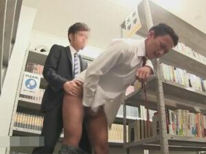 【ゲイ動画】図書館に来ていたイケメンスーツリーマン同士が意気投合!人目を盗んで喘ぎ声を押し殺し大胆にアナルセックス!