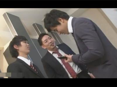 【ゲイ動画】先輩社員がトイレで盛っていた現場をスマホ撮りした後輩!その映像をネタに強請ってみるも効果は無く逆に襲われ3Pセックスに!