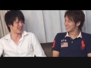 【ゲイ動画】19歳の可愛らしい爽やかイケメン2人が初絡み…!横並びに座り相互手コキで肉棒をシゴき合いキツキツアナルを小刻みピストン!