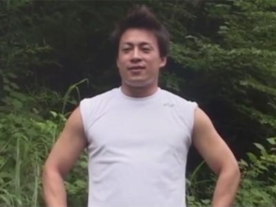 【ゲイ動画】暑い夏に昼間から青姦セックス!ガッチリ野郎がアナルをチンポで突かれて外にも関わらず大声で喘ぎまくる!
