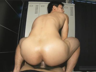 【ゲイ動画】跨がらせてハメさせる!プリケツの青年が背面騎乗位で生マラやゴムマラで前立腺やアナルを刺激され喘ぎまくりのモロ感…!