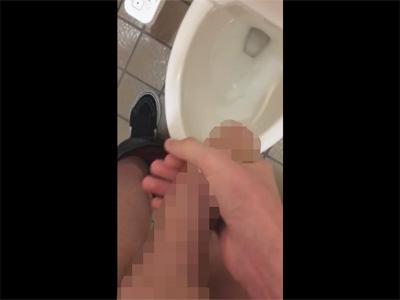 【無修正ゲイ動画】真っ赤な亀頭で皮を剥いたら痛そうな包茎の素人が公衆便所でカリ首を皮でコスって洋式トイレの便器にザーメンを出す!