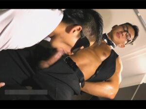 【ゲイ動画】ムキムキな腹筋がセクシーなマッチョ眼鏡イケメンバーテンダーがグラスにザーメンを採取され精飲することに…!