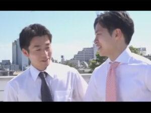 【ゲイ動画】22歳のタチと27歳のウケのスーツイケメンがAF!一緒にシャワーを浴び乳繰り合いリビングで若いマラでケツを突いてもらう!