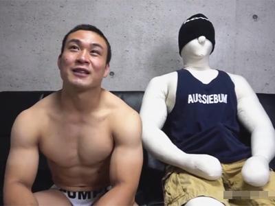 【ゲイ動画】相手はマネキン!総合格闘技をしている良い肉体の筋肉マッチョがマネキンを相手に腰を振ってケツを掘ってもらう!