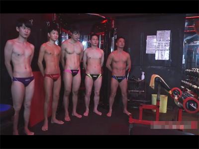 【無修正ゲイ動画】水泳部員がトレーニング室で室内特訓!各々で筋トレしていたはずがムラムラし始め5Pセックスにハッテンする!