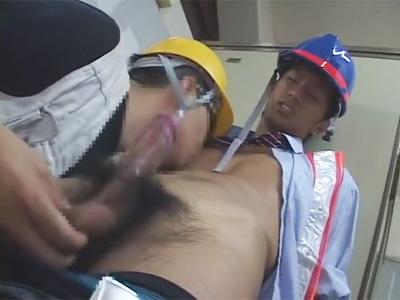 【ゲイ動画】交通誘導員がトイレ休憩中にオナっていた事が現場監督にバレてしまいクビをチラつかせられ脅迫セクハラされてしまう…!