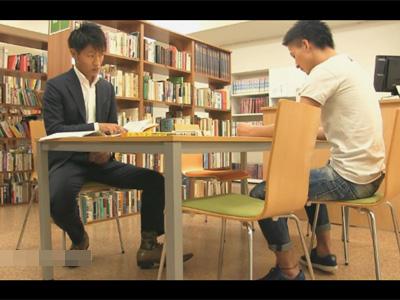 【ゲイ動画】図書館で向かいに座っていた相手とハッテン!机の下からチンポをしゃぶってもらい人目を盗んでバックハメで盛る!