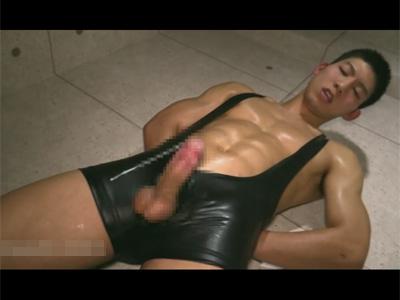 【ゲイ動画】胸元ガラ空きのエロレスリングウェアを着て目隠し手コキフェラ責めで可愛くてエロい喘ぎ声を出しモロ感する筋肉マッチョ君!