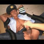 【ゲイ動画】不審者に眠らされ監禁されてしまったイケメン警官!恥ずかしい格好で拘束されビンビンのマラとアナルを弄ばれてしまう…!