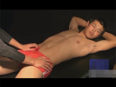 【ゲイ動画】イモ顔の体育会ノンケがお尻の穴の入り口とチンポを責められ喘ぎはち切れそうなカタマラをローション手コキでシゴカれる!