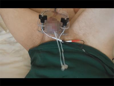 【外人ゲイ動画】エレクトリックな自作のオナニーグッズをチンポに装着して電気刺激で手を使わずイッちゃった白人の素人!