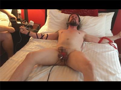【外人ゲイ動画】金玉をギチギチに縛り上げて電流を流すSMプレイ!縛られて抗うことが出来ず地獄のような苦しみを与えられる!
