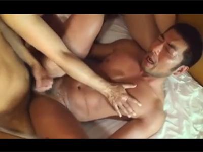 【ゲイ動画】ケツモロ感の濃い顔のがっちり中年男がトロットロのお尻を輪姦4Pセックスでハメハメされてアンアンとエロく鳴きまくる!