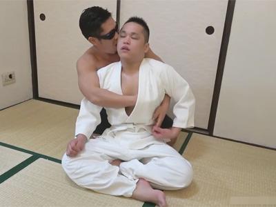 【ゲイ動画】柔道着姿のガチムチ短髪の日本男児が畳部屋で肛門性交!プリンプリンのお尻の肉がピストンの度に小刻みに揺れる!