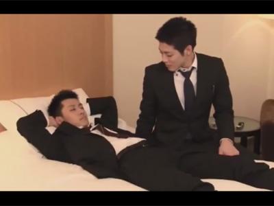 【ゲイ動画】出張先のビジネスホテルで寝ている後輩に手を出す先輩!実は後輩は寝たふりをしており先輩の肛門でヌクことに!