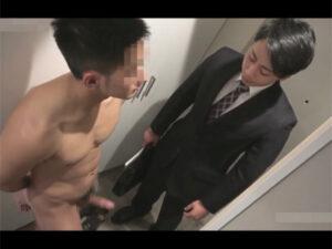 【ゲイ動画】保険のイケメン営業マンが訪問した家の住人が先走り汁を垂らし全裸でお出迎え!その住人に犯されてしまいケツに種を植えられる!