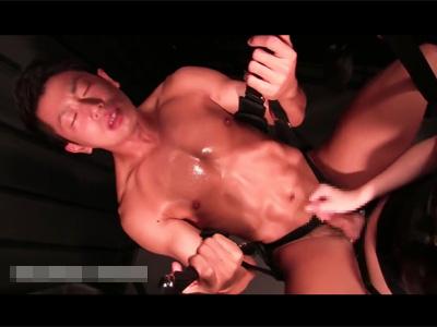 【ゲイ動画】ペニバン女性にケツを犯されるバイセクシャルなマッチョなM男君!ケツ掘りブランコで掘られ手コキでドピュドピュ射精する!