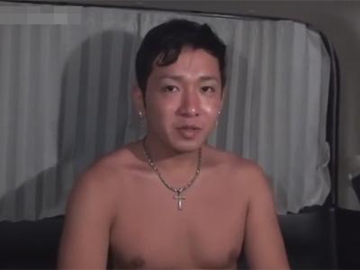 【ゲイ動画】老けた雰囲気の24歳ノンケ素人を海で引っ掛けてロケ車に連れ込んでチンポに悪戯するも射精なしの不発に終わってしまう…