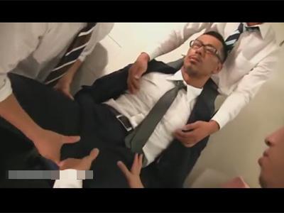 【ゲイ動画】会社で部下たちにエロいことをされるダンディなマッチョリーマン!口マンコで順番にチンポをご奉仕していき精液まみれに…!