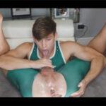 【外人ゲイ動画】柔軟性抜群のイケメン外人がアナルを指やディルドで責められながらセルフフェラを楽しんでスペルマをセルフ舌上射精する!