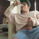 【外人ゲイ動画】水の入ったコップに自分の精子を出して、その水を飲みながらオーガズムを迎えドッピュンと射精する精飲マニアな外国人!