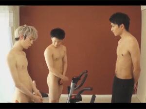 【ゲイ動画】ここはエッチなフィットネスジム!ディルド付きエアロバイクでケツを解し3PエクセサイズSEXで汗を流すイケメン達!