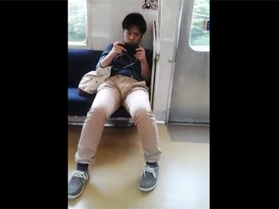 【ゲイ動画】スマホで見ているのはエロ動画?電車で綿パンツにチンポのシルエットがくっきりと浮き出たデカマラ素人君を盗撮!