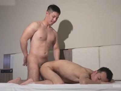 【ゲイ動画】三重からやって来たファンと交流!滞在中のホテルに趣きシャワーも浴びず即尺即ハメでファンと交流アナルセックス!