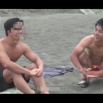 【ゲイ動画】ハッテン海水浴場で出会った男と意気投合!人目に付きにくい場所に移動してしゃぶり合いや青姦肛門セックスにハッテンする!